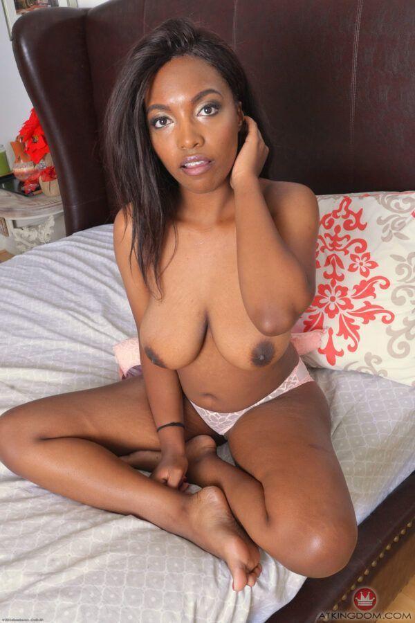 Fotos de negra pelada na cama mostrando a buceta gostosa