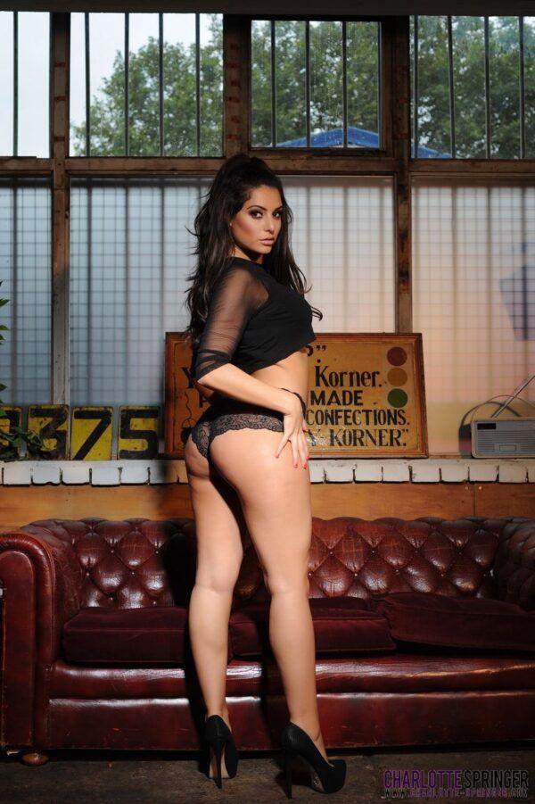 Charlotte Springer pelada mostrando seus belos seios