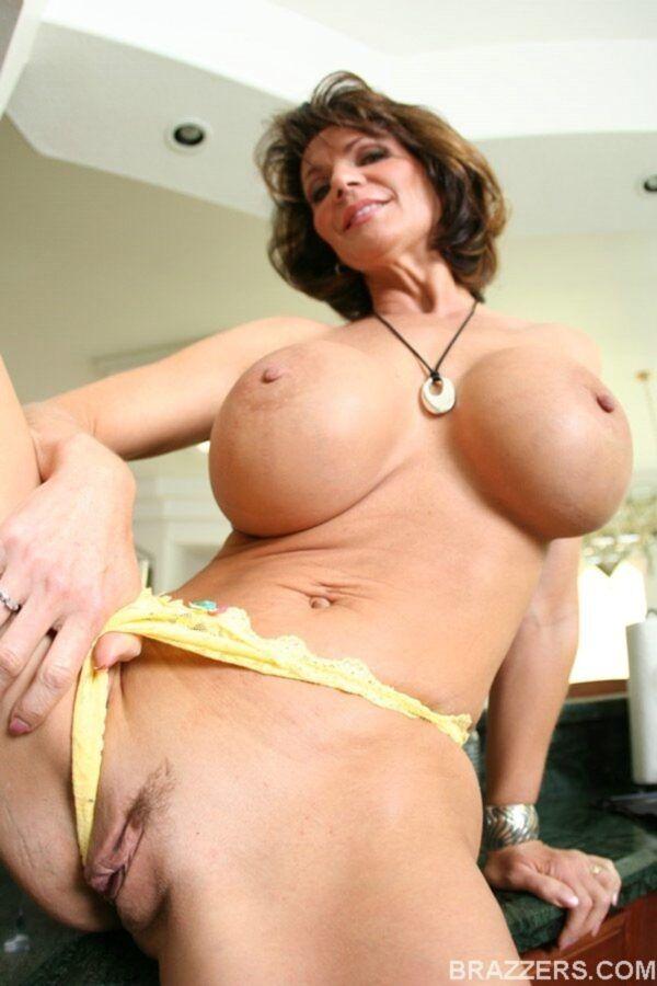 Coroa tirando a roupa mostrando os peitos grandes e a buceta