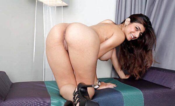 Mia Khalifa pelada mostrando os peitões e a buceta