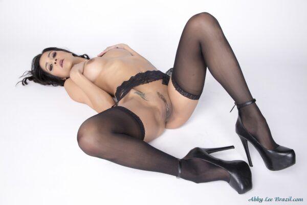 Ninfeta de cabelos pretos tirando a lingerie sexy