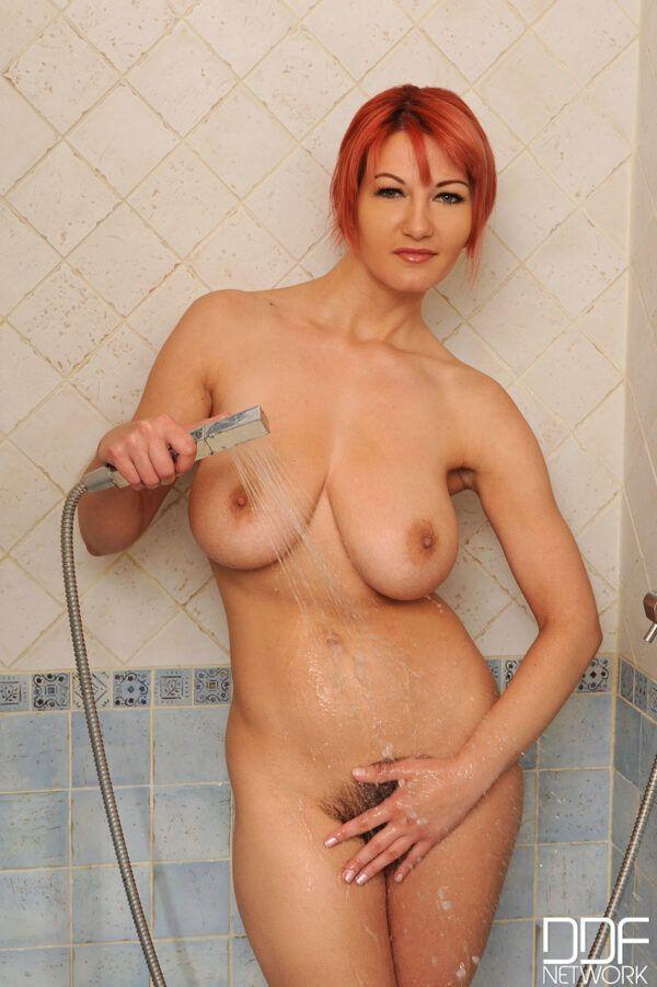 Ruivinha da buceta cabeluda tomando banho