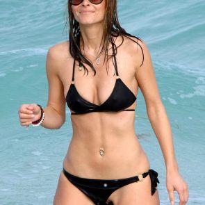 Maria Menounos nua na praia pagando bucetinha