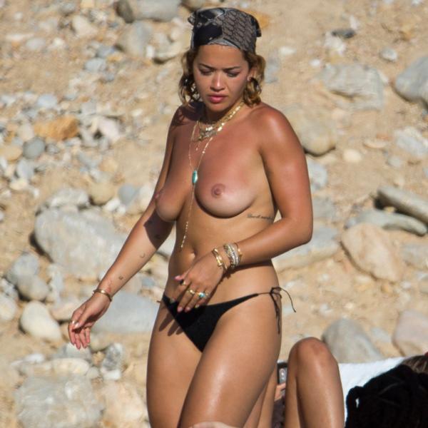 Rita Ora nua pagando peitinho em Ibiza